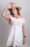 Piękna młoda leggy blond kraj dziewczyna w litl bielu kowbojskim kapeluszu z gitarą i sukni Zdjęcia Stock