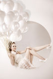 Piękna młoda modna nowożytna uśmiechnięta dziewczyna z balonami w skoku Obraz Stock