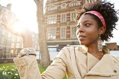 Kobieta zmierzchu miasto. Obrazy Stock