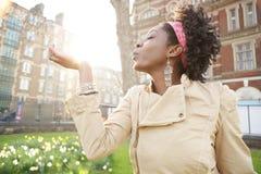 Kobieta zmierzchu miasto. Zdjęcia Stock