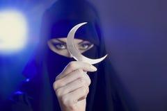 Piękna młoda muzułmańska dziewczyna trzyma księżyc symbol, duchowość zdjęcie stock