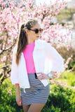 Piękna młoda nastoletnia dziewczyna pozuje na wiosny tle Zdjęcia Stock
