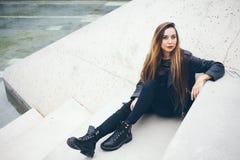 Piękna młoda nastoletnia dziewczyna siedzi na betonowych progach Obraz Stock