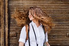 Piękna młoda nastoletnia dziewczyna w starym miasteczku fotografia royalty free