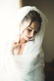 Piękna młoda panna młoda z makeup i fryzura w sypialni, nowożeńcy kobiety definitywny przygotowanie dla poślubiać szczęśliwa dzie Zdjęcie Stock