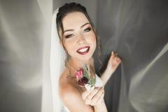 Piękna młoda panna młoda z makeup i fryzura w sypialni, nowożeńcy kobiety definitywny przygotowanie dla poślubiać szczęśliwa dzie Obraz Stock