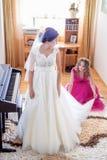 Piękna młoda panna młoda w ślubnej sukni w żywym pokoju Zdjęcia Stock