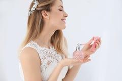 Piękna młoda panna młoda z butelką odizolowywającą pachnidło zdjęcie royalty free