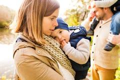 Piękna młoda rodzina na spacerze w jesień lesie obrazy royalty free