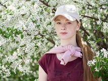 Piękna młoda rudzielec kobieta w kwitnąć ogród blisko portret zdjęcia stock