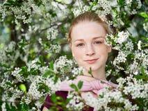 Piękna młoda rudzielec kobieta w kwitnąć ogród blisko portret fotografia royalty free