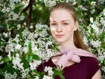 Piękna młoda rudzielec kobieta w kwitnąć ogród blisko portret zdjęcie royalty free