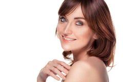 Piękna młoda rudzielec kobieta z piega portretem na bielu Obrazy Stock