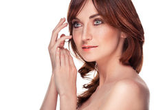 Piękna młoda rudzielec kobieta z piega portretem na bielu Zdjęcia Royalty Free