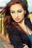 Piękna młoda seksowna dziewczyna chodzi ulicy miasto z dużymi wargami z jaskrawym makeup obrazy royalty free