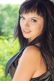 Piękna młoda seksowna dziewczyna w czarnym kostiumu z czarny długie włosy z pięknym makeup obsiadaniem w okno starzy zaniechani b zdjęcia stock