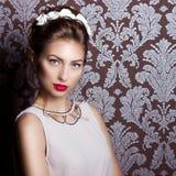 Piękna młoda seksowna elegancka kobieta z czerwonymi wargami, piękna elegancka fryzura z białymi kwiatami w jej włosy sposób zdjęcie stock