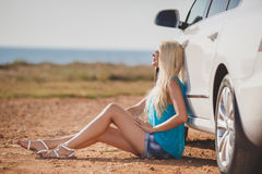 Piękna młoda seksowna kobieta blisko samochodu plenerowego Zdjęcia Royalty Free