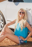 Piękna młoda seksowna kobieta blisko samochodu plenerowego Obrazy Stock