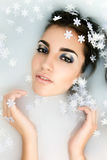 Piękna młoda seksowna kobieta z ciemnym włosy mokrym i makeup w mleku Zdjęcia Royalty Free