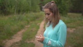 Piękna młoda sport dziewczyna z telefonem oddycha ciężko po jogging zbiory wideo