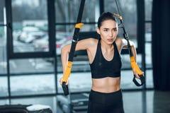 piękna młoda sporty kobieta pracująca z zawieszenie patkami out obrazy royalty free