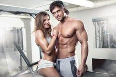 Piękna młoda sporty seksowna para w gym obrazy royalty free