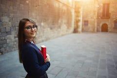 Piękna młoda studencka pozycja na zewnątrz trzymać jej książkę Obraz Stock