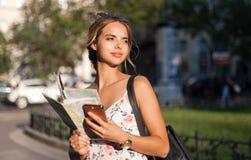 Piękna młoda turystyczna kobieta obrazy royalty free