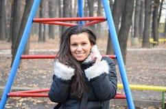 Piękna młoda uśmiechnięta brunetka Zdjęcia Royalty Free