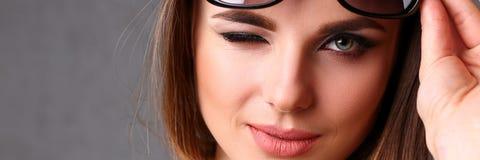 Piękna młoda uśmiechnięta brunetki dziewczyna jest ubranym okulary przeciwsłonecznych Obraz Stock