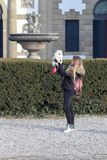 Piękna młoda uśmiechnięta dziewczyna spaceruje z małym bielu psem Niemiec karłowaty Spitz pomeranian fotografia stock