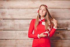 Piękna młoda uśmiechnięta kobieta jest ubranym trykotowego pulower, zim brzęczenia Zdjęcie Stock