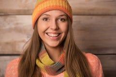 Piękna młoda uśmiechnięta kobieta jest ubranym trykotowego pulower, zim brzęczenia Zdjęcia Royalty Free