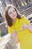Piękna młoda uśmiechnięta kobieta w kolor żółty sukni w parku w pogodnej pogodzie obraz royalty free