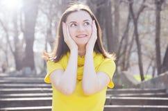 Piękna młoda uśmiechnięta kobieta w kolor żółty sukni w parku w pogodnej pogodzie fotografia royalty free