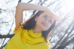 Piękna młoda uśmiechnięta kobieta w kolor żółty sukni w parku w pogodnej pogodzie obrazy stock