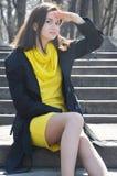 Piękna młoda uśmiechnięta kobieta w kolor żółty sukni w parku w pogodnej pogodzie zdjęcia stock