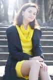 Piękna młoda uśmiechnięta kobieta w kolor żółty sukni w parku w pogodnej pogodzie zdjęcia royalty free