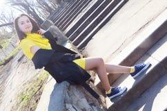 Piękna młoda uśmiechnięta kobieta w kolor żółty sukni w parku w pogodnej pogodzie obraz stock