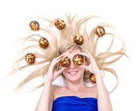 Piękna młoda uśmiechnięta kobieta z Bożenarodzeniowymi dekoracjami przeciw odosobnionemu bielowi fotografia stock
