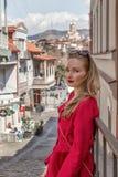 Piękna młodej dziewczyny blondynka w czerwonym żakiecie, stojaki na tle miasto Tbilisi fotografia royalty free