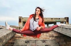 Piękna młodej dziewczyny gimnastyczka wziąć pozę dratwa fotografia stock