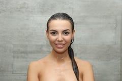 Piękna młodej kobiety blisko taflująca ściana fotografia stock