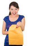 Piękna młodej kobiety otwarcia koloru żółtego koperta obrazy stock
