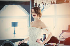 Piękna młodej kobiety pozycja blisko stołu w lekkim luxur Obrazy Royalty Free
