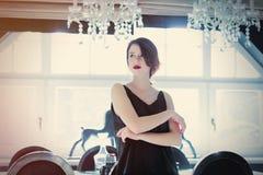 Piękna młodej kobiety pozycja blisko stołu w lekkim luxur Zdjęcie Royalty Free