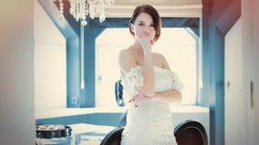 Piękna młodej kobiety pozycja blisko stołu w lekkim luxur Fotografia Stock
