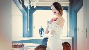 Piękna młodej kobiety pozycja blisko stołu w lekkim luxur Fotografia Royalty Free