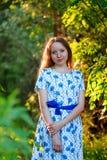 Piękna młodej kobiety pozycja z uśmiechem Portret piękna dziewczyna w biel sukni wśród drzew w lasowej dziewczynie Zdjęcia Stock
